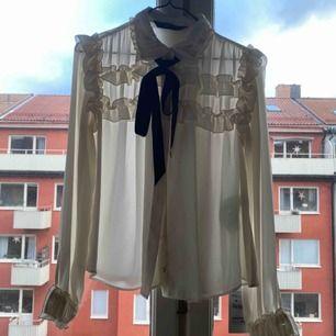 En jättefin vit knytblus från Zara. Har aldrig använt den och prislapp finns kvar. Storlek: XS. Köpt för 399.