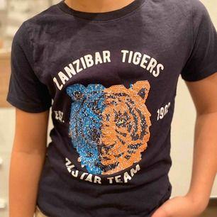 Snygg t-shirt med vändbara paljetter. Använd ett par gånger men den ser fräsch ut. Säljer då den har blivit för liten. Kan mötas upp i Sthlm city och Västerort eller så betalar du för frakt.💕