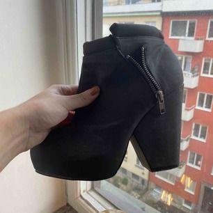 Ett par högklackade boots från Weekday. Köpta för flera år sedan och har bara använts en gång. Storlek: 38