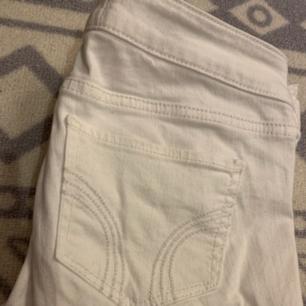 Vita jeans från Hollister!🌿 Säljer pga att jag inte kan ha dem längre.🌿 Frakt tillkommer!😊