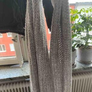 Lång grå stickad halsduk, väldigt mysig och skön. Använd endast två gånger. Köpt på HM.