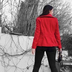 Säljer min röda ullkappa (60% wool) från Zara! I kort modell och figursydd längs rygg och midja. Har alldeles för många jackor så därför har denna snygga knappt blivit använd🥰 vid ett snabbt köp kan jag gå ner i pris!