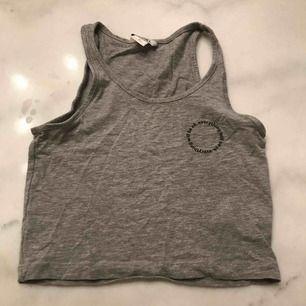 Säljer också ett jätteskönt grått linne från Monki. Använd fåtal gånger. stretchigt material!