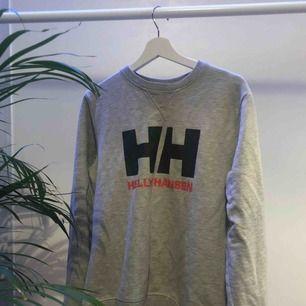 Nästan som ny Helly Hansen sweatshirt, bara använd ett par gånger så i riktigt fint skick! Storlek M.  +59kr för frakt.