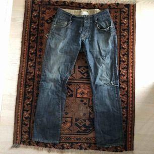 Slitna jeans som du antingen kan laga och använda, eller göra om till något annat coolt🤪