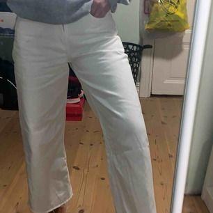 Jättefina vita croppade byxor från Zara! Är i storlek 34 men skulle säga att de passar strl. 36 också💗Säljer för att byxorna inte används och har blivit för små för mig! På andra bilden -defekt som är på byxans vänstra lår & syns bara om man letar!