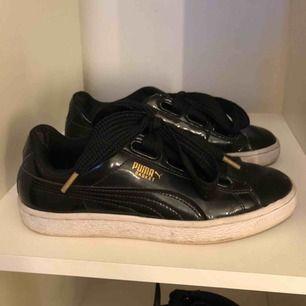 Puma skor , storlek 38, slitna i hälarna men inget som syns när man har skorna på. Kan skickas mot fraktkostnad.