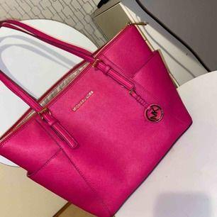 Väskan är äkta och köpt från Frankrike, fått den dock av min kusin då hon inte använder rosa. Använder inte rosa själv, bättre att den kommer till användning av någon annan istället. Inga skador eller liknande bara en mini mini fläck som syns.