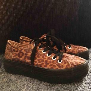"""Ett par leopard-mönstrade skor i """"mocka"""". Använda men fint skick. Väldigt bekväma."""