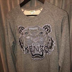 Säljer nu min fina Kenzo tröja som endast är använd ett fåtal gånger. Köpt på kenzos egna hemsida. Storlek small och gott skick. Kan gå ner i pris vid snabb affär!!