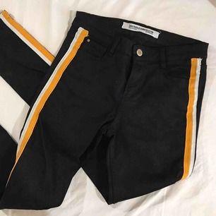 Svarta jeans med stripes på från Zara storlek 36. 139kr inkl frakten