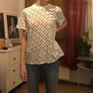 vit tshirt med tryck från &otherstories, passar strl 38 också
