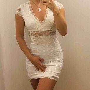 Säljer en vit studentklänning i spets. Klänningen är i gott skick och endast använd 1 gång.  FRAKT TILLKOMMER 🌺