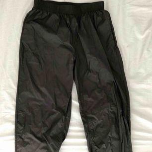 """Säljer ett par Our Legacy """"reduced trousers"""", originalpris 1999kr på Caliroots. Byxorna passar 32 i längd och flexibel i midjan på grund av resoren. Byxorna har använts ett fåtal gånger. Skickas spårbart (63kr) eller upphämtning i Malmöområdet."""