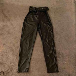 Säljer dessa skit snygga läderbyxor ( fejk läder såklart) använde 2-3 gånger, säljer byxorna för de aldrig kommer till användning, andra bilden ser ni hur byxorna sitter på och jag är 168