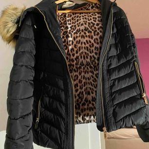 Säljer en vinterjacka från Roco Baroco, som är sparsamt använd.     Stl 40   Nypris: 1599kr    Tar swish! Fraktar EJ!!