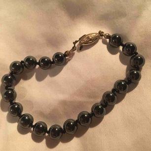 Super sött armband med ett unikt clip med detaljer, mörkgrå/svarta pärlor🤩✨50kr + frakt (jag möts inte upp)✨