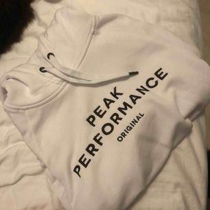 Vit hoodie från Peak Performance i storlek M  Funkar som S också beroende på hur man vill den ska sitta Nypris 1099. I fint & bra skick!