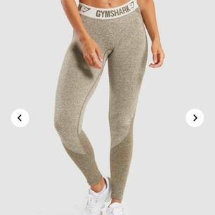 oanvända flex tights från gymshark som ligger i originalpåsen med alla lappar kvar! säljer pga att dom tyvärr är lite långa och därför aldrig kommit till användning. originalpriset är 550kr🥰🤪
