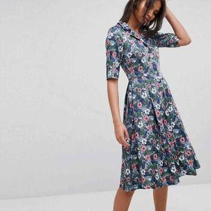 Jättefin vintage inspirerad klänning! Använt väldigt få gånger!! original pris: 1036:-