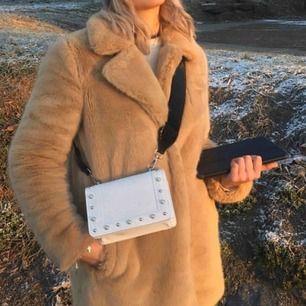 varm mysig pälsjacka från Only!  Köpt på bubbelroom förra vintern men endast använd under förra säsongen!  Mycket fint skick!