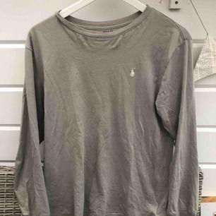 Ralph Lauren tröja som är relativt använd! Säljs för 149 kr eller högsta bud. Köparen står för eventuell frakt.