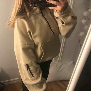 Superfin beige zip croppad hoodie från bohoo. Mycket fin i kvalité och super skön! Inte använd mycket pga bytt stil. I strl 36 Köparen står för frakt