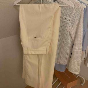 Vita kostymbyxor från Hm i storlek XS. Se längd på bild 2, jag är 167 cm lång! Använda 1 gång så i nyskick. 200 kr + 63 kr frakt eller mötas upp i centrala hbg💕💕💕
