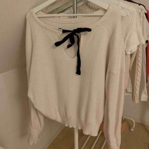 Vit stickad tjocktröja från Zara med knyt i ryggen. Använd ganska mycket så lite nopprig, därav priset. 50 kr + 63 kr frakt eller mötas upp i centrala hbg.💞