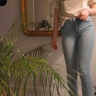 Ljusblå jeans från American Eagle i US size 4 long, ungefär som strl S. Next level stretch, kontakta för mer bilder 💌knappt använda!! Jag står för frakten 💋