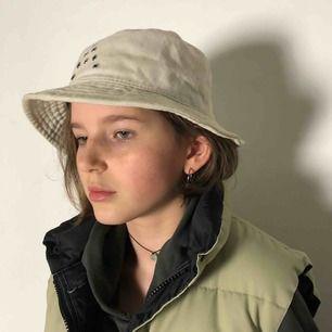 Ljusbeige bucket hat från Acne Studios. Nypris: 1200 k. Jag bjuder på frakten vid snabb affär och tar swish 💛