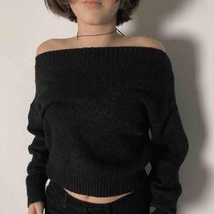 Svart off-shoulder tröja från & Other Stories. Jag bjuder på frakten vid snabb affär och tar swish 💛