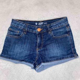 Riktigt snygga shorts från Cubus. Är använda men ser relativt nya ut. Kan mötas upp i Sthlm city och Västerort eller så betalar du för frakt.💕