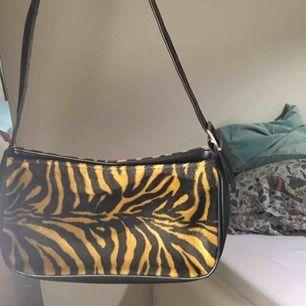 EXTREMT snygg 90talsväska med tigermönster! 🐯🌟Älskar den verkligen men har för många väskor... Dåligt ljus på de andra 2 bilderna, färgen är som på första! Möts upp i Sthlm eller fraktar:)