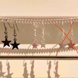 Tre olika sorters stjärnörhängen i silver och svart! 50kr/st +frakt på 9kr. Nickelfria och oanvända!