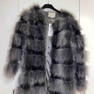 Päls jacka från chiquelle. Säljer den pga storleken inte passar mig. Har aldrig använt jackan då etiketten är på.