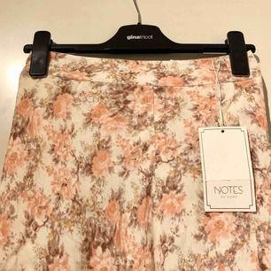 """Blommig kjol med slits (""""Lydia"""") från Notes Du Nord, nypris 1699kr. Aldrig använd pga fel storlek. Frakt ingår i priset! Kan skicka fler bilder vid intresse"""