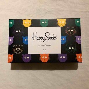 """Oanvända och helt nya strumpor med katter från Happy Socks! """"Cat Gift Box"""" nypris 279kr. Säljer pga inte min stil💞 3-pack: ett par rosa, ett par svarta och ett par blå!"""