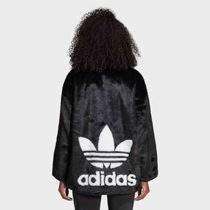 Söker denna fake fur jackan från Adidas Originals! 💕