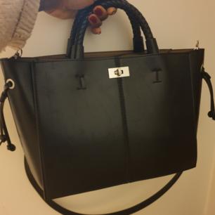 Säljer denna fina väska från Zara från höst 2019. Köptes för 549kr. Helt ny och oanvänd. Medföljer ett band som man kan tas av om man vill ha utan eller byta. Kan mötas upp i gbg eller sthlm annars står köparen för frakten.
