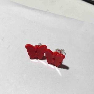 Lego fjärils-örhängen handgjorda av mig! Frakten ligger på 11kr, annars kan jag mötas upp i Stockholm :)