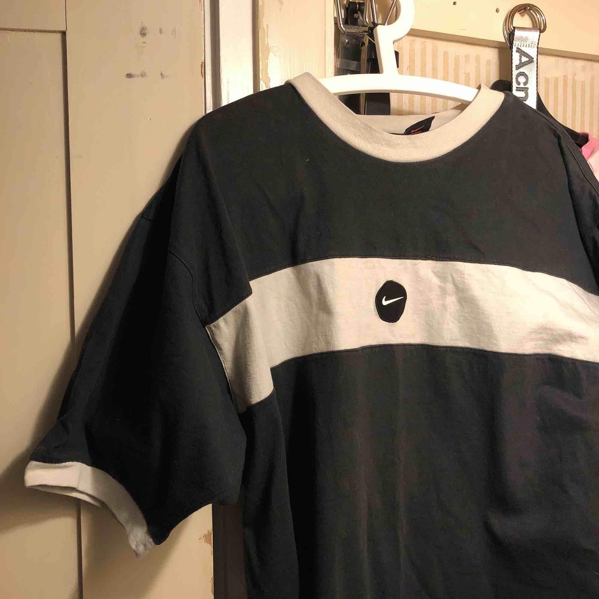 En supersnygg nike t-shirt köpt på humana i Malmö, säljer den då jag inte använder den längre!:). T-shirts.