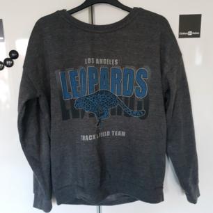 Skitsnygg retro sweatshirt, står storlek xs i men tycker den är lite större så passar även S eller M 🌸