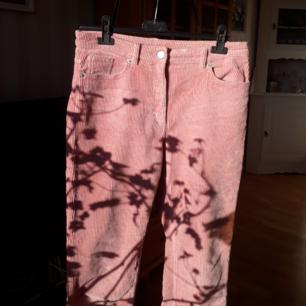 Babyrosa corderyoyd byxor med fickor fram och bak från Monki.