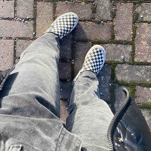 Gråa jeans från Zara! Likar väldigt mycket Row jeansen från Weekday!!! Storlek 42 men passar mig med 40. Går ner till fötterna på mig som är 170cm lång 💕