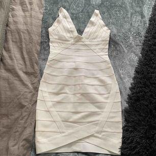 Bandageklänning vit sitter tajt använd några gånger men bra skick i vit perfekt för student. Köpt för 1000kr