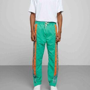 Weekday sport byxor i neon grön! Helt nya istorlek S. Går att hämta på söder, frakt kostar 50 kr.