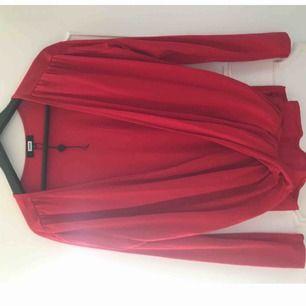 Röd omlott tröja från BikBok i strl L. Aldrig använd endast testad.