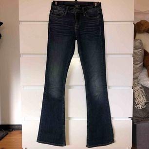 Mörka jeans från Crocker i bootcut-modell som blivit för små. Skulle säga att de är ganska lågmidjade. (Frakt tillkommer)