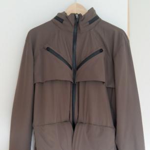 Otrolig tech wear jacka från lilla företaget Riot division, 2lager membran, massa fickor, vattenavvisande, gömd luva, skyddade sömmar mm. Säljer den eftersom den förtjänar mer användning ön vad jag kan erbjuda. Perfekt skick, lite använd. Läs mer på deras hemsida - m65 transformer jacket